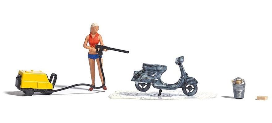 Mulher Lavando Moto